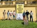 Banner que firma parceria da Câmara Municipal com a UERJ é colocado na fachada do Palácio Amarelo